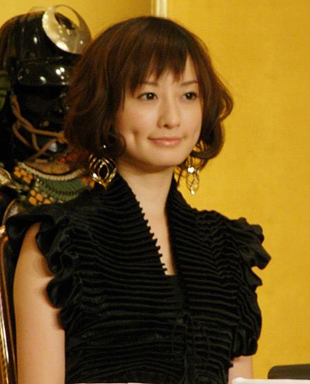 黒いドレスのかわいい松本まりか