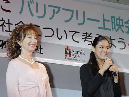 主演女優のサチ・パーカーと歌手の手嶌葵 小学校で『西の魔女が死んだ』バリアフリー上映会を開催