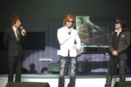 (左から)MCを務めた田村淳、YOSHIKI、TOSHI