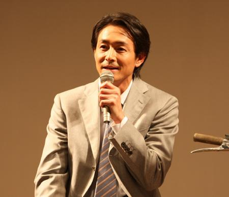 楽しそうに話す吉田栄作