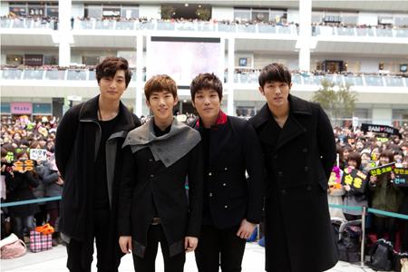 2AM 左からジヌン、チョグォン、チャンミン、スロン (C)Ariola Japam(撮影:増田慶)