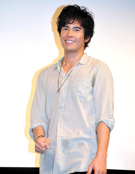 大きめシャツの伊藤英明