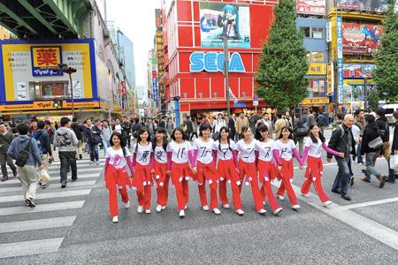 東京パフォーマンスドール、秋葉原の街を練り歩きゲリラ宣伝活動