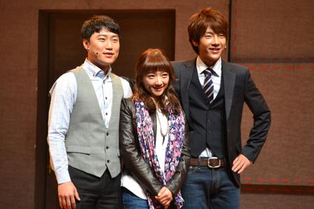 会見より。左から、キム・ソンヒョン、オ・サンウン、ユナク