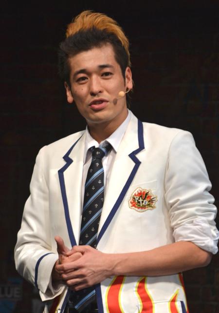 白いスーツにネクタイのかっこいい佐藤隆太