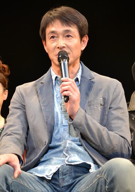 マイクを持っている吉田栄作