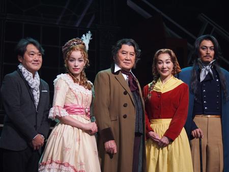 会見より。左から、千住明、知念里奈、里見浩太朗、浅野温子、姜暢雄
