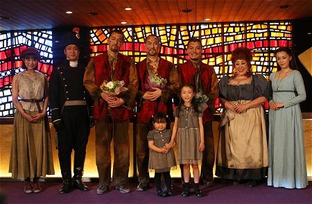 レ・ミゼラブル日本のミュージカルの衣装を着た出演者の画像