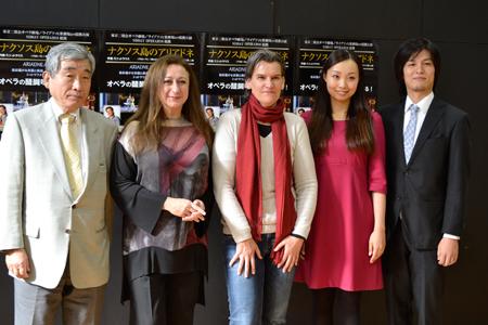 会見より。左から、中山欽吾 東京二期会常務理事、シモーネ・ヤング、カロリーネ・グルーバー、キャストの清野友香莉、近藤圭