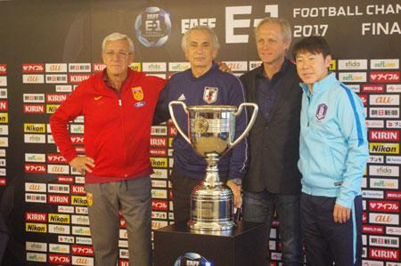 (写真左より)中国代表マルチェロ・リッピ監督、日本代表ヴァイッド・ハリルホジッチ監督、北朝鮮代表ヨルン・アンデルセン監督、韓国代表シン・テヨン監督