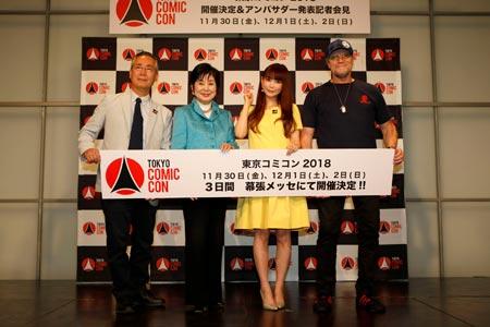 (画像左より)胸組実行委員長、山東名誉実行委員長、中川翔子、マイケル・ルーカー