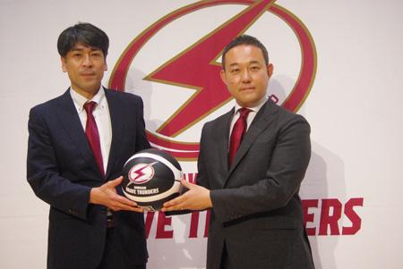 (写真左より)川崎ブレイブサンダース・北卓也ヘッドコーチ、元沢伸夫社長