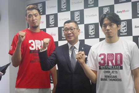 (写真左より)小野龍猛(千葉ジェッツ)、大河正明B.LEAGUEチェアマン、篠山竜青(川崎ブレイブサンダース)