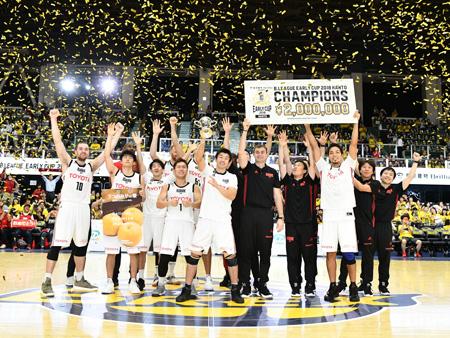 栃木ブレックスを下し、『B.LEAGUE EARLY CUP 2018 KANTO』連覇を果たしたアルバルク東京の面々