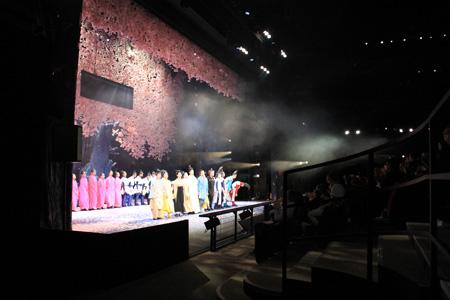 パリ公演 初日カーテンコールの模様 Photo by Nathalie Vu-Dinh