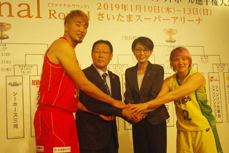 (写真左より) 小野龍猛(千葉ジェッツ)、実施委員会門川浩人委員長、日本バスケットボール協会三屋裕子会長、吉田亜沙美(JX-ENEOSサンフラワーズ)