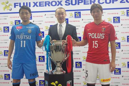 (写真左より)小林悠(川崎フロンターレ)、Jリーグ木村正明専務理事、長澤和輝(浦和レッズ)