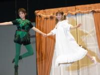 フライング稽古を披露したピーターパン役の高畑充希(左)、ウェンディ役の神田沙也加(右)