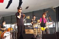 200人のファンを前に熱唱する黒田俊介(左)と小渕健太郎(右),