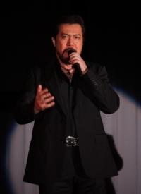 劇中歌「MY GRACE」を披露する今井清隆