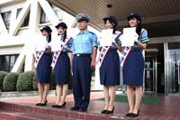 (左から)前田栄子、天白警察署署長、小野晴香、大矢真那、古川愛李