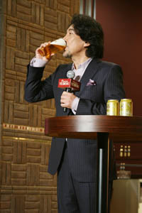 「三度注ぎ」で注いだビールを味わう役所広司