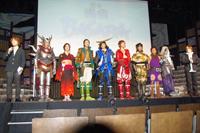 完成発表会に出演した舞台「戦国BASARA~蒼紅共闘~」の出演者ら