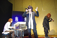 YOSHIKI、ToshI、SUGIZOの3人で『Forever Love』を披露