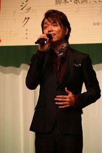 劇中ナンバーを披露する、山崎育三郎