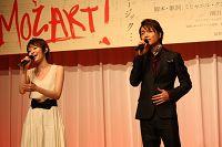 劇中ナンバーを披露する、島袋寛子と山崎育三郎