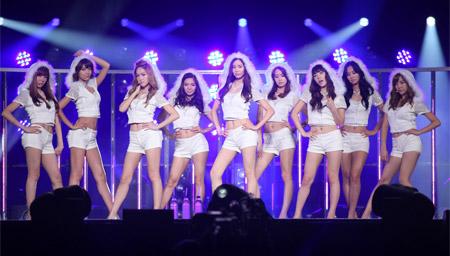 少女時代 左からティファニー(21)、スヨン(20)、ジェシカ(21)、ヒョヨン(20)、ソヒョン(19)、ユナ(20)、テヨン(21)、ユリ(20)、サニー(21)