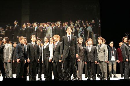 劇中歌『民衆の歌』を披露。写真中央が上原理生