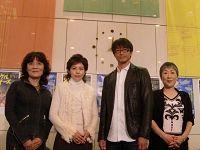 会見より。写真左から、根岸季衣、沢口靖子、吉田栄作、永井愛