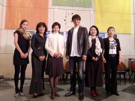 会見より。写真左から、玄覺悠子、根岸季衣、沢口靖子、吉田栄作、枝元萌、永井愛