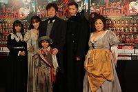 後列:左から中山エミリ、知念里奈、山口祐一郎、岡幸二郎、森公美子、前列:加藤清史郎