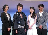 会見より。写真左から、草刈民代、中村獅童、長谷川京子、平岡祐太