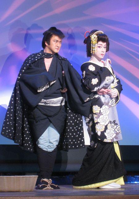大衆演劇のスター、劇団九州男の大川良太郎とともに舞踊も披露