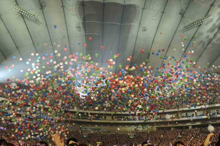エンディング:色とりどりの風船が舞い落ちる中、『光(Hope)』を全員で合唱した