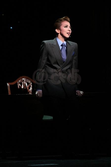 宝塚歌劇月組公演『エドワード8世』より 霧矢大夢   「私たちの集大成」。宝塚月組トップコンビ、