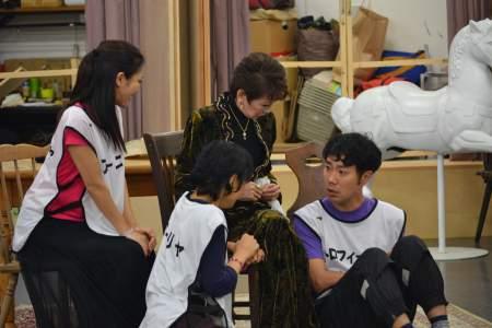 三谷版『桜の園』稽古風景 左から大和田美帆、神野三鈴、浅丘ルリ子、藤井隆
