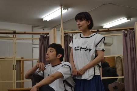 三谷版『桜の園』稽古風景 左から迫田孝也、瀬戸カトリーヌ