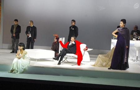 『サロメ』舞台稽古より(左より多部未華子、奥田瑛二、麻実れい)