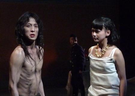 『サロメ』舞台稽古より(左:成河、右:多部未華子)