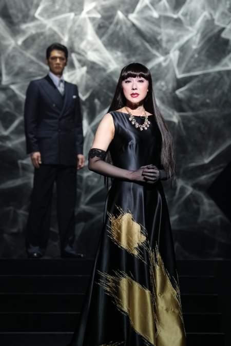 サラサラストレートヘアに黒生地に金色の鮮やかな衣装を着る浅野ゆう子