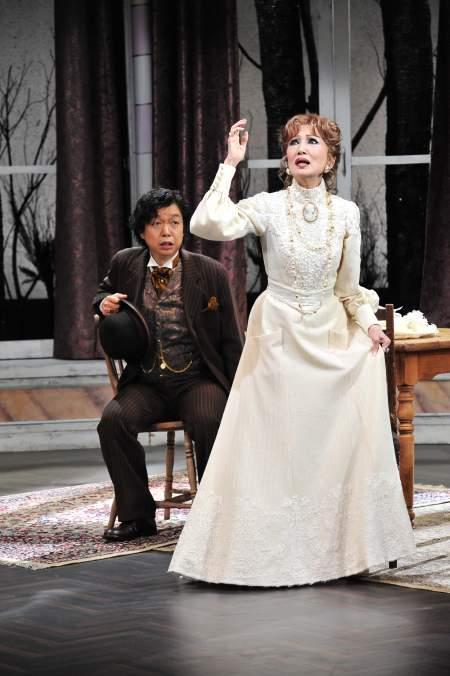 白いドレスを着て舞台で演じる浅丘ルリ子