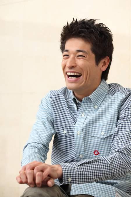 水色のチェックシャツのかっこいい佐藤隆太