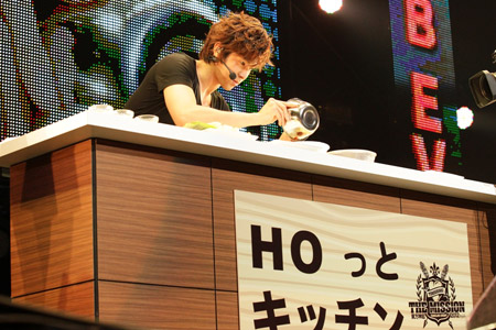 ファンの前で料理の腕前を披露したユンホ
