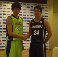 左から、レバンガ・桜井良太選手、アイシン・古川孝敏選手