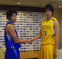 左から、パナソニック・金丸晃輔選手、日立・竹内譲次選手