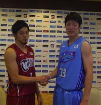 左から、東芝・篠山竜青選手、三菱電機・内海慎吾選手